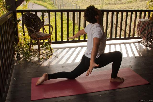 Pedro haciendo yoga