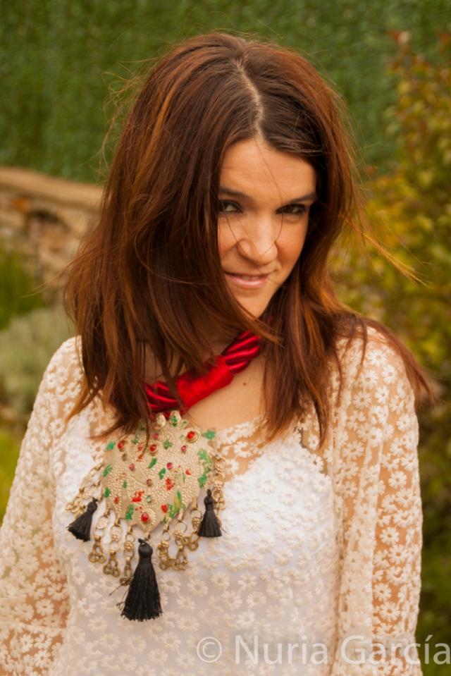 Detalle de un collar impresionante como complemento principal del conjunto