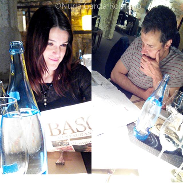 Nuria y Andrés leyendo la carta