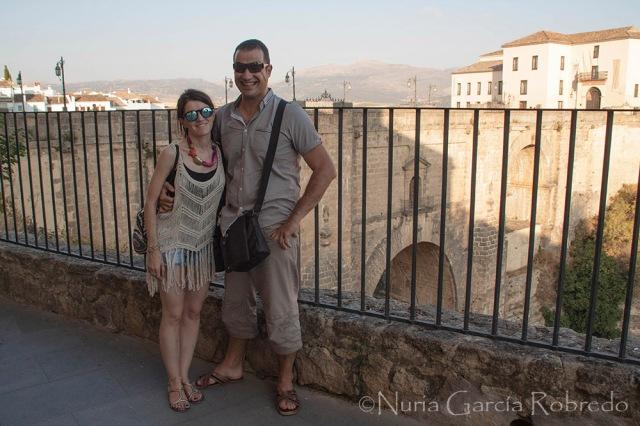 Andrés y Nurilove con el puente al fondo