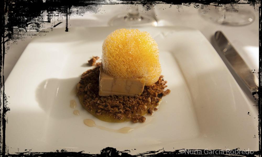 Tarrina de foie, con espuma de pimiento y pan de chocolate y naranja