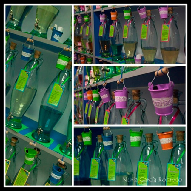 Visión de cerca de los cubos metálicos tan graciosos y las botellas