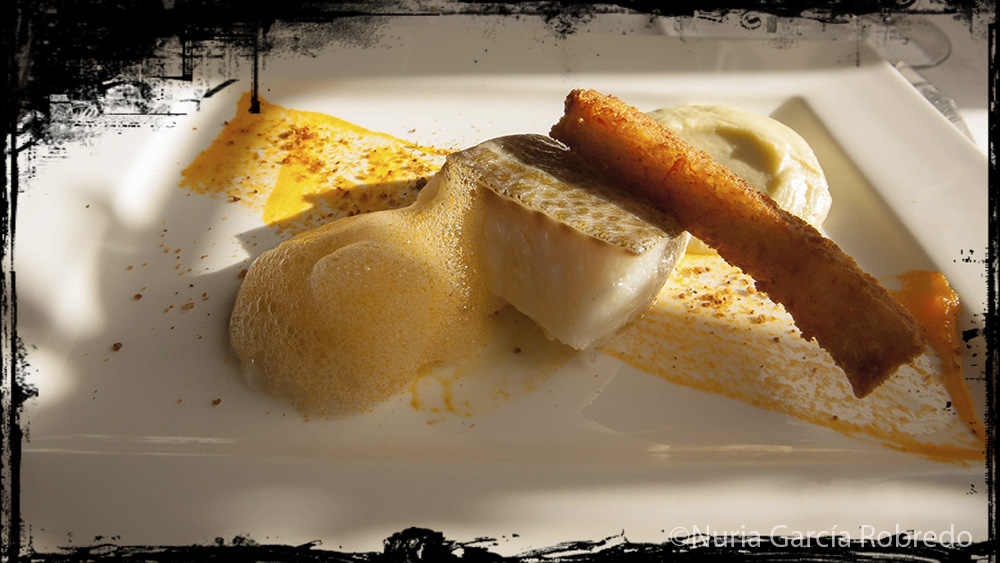 Bacalao confitado, sobre compota de zanahorias y verza, con pan