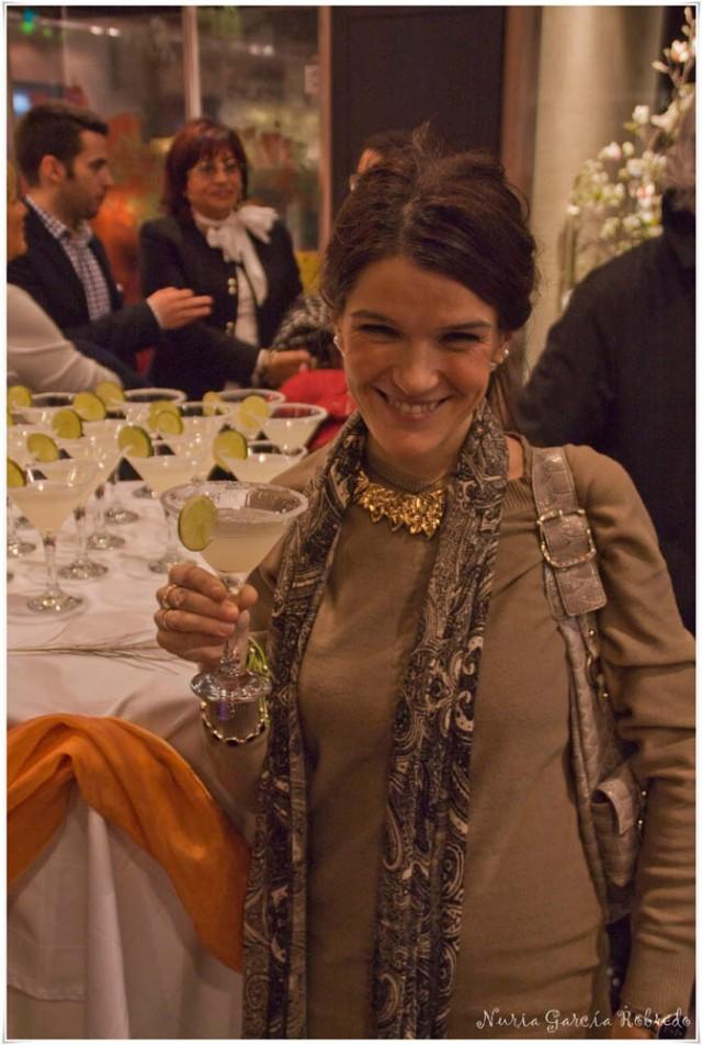 Nurilove disfrutando de un cocktail