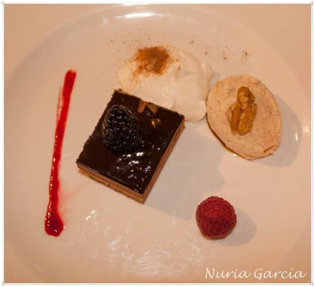 Biscuit de nueces sobre salsa de ciruelas y bavaroise de chocolate y café