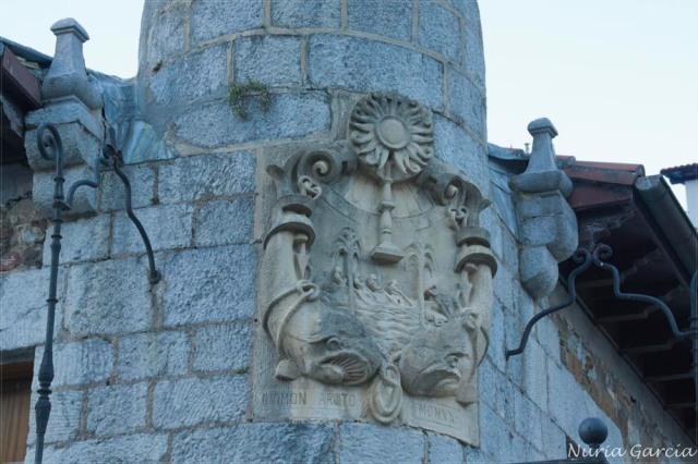 Escudo en la fachada de la Casa Torre Likona de Ondarroa