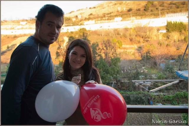 Preparados para colgar los globos en nuestra terraza