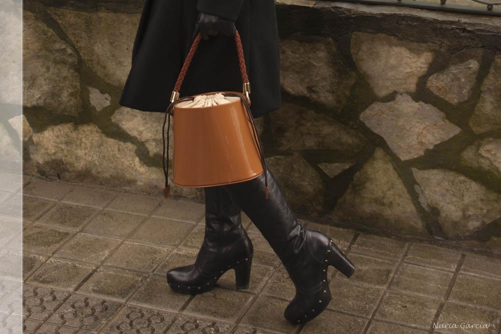 Detalle del bolso y las botas