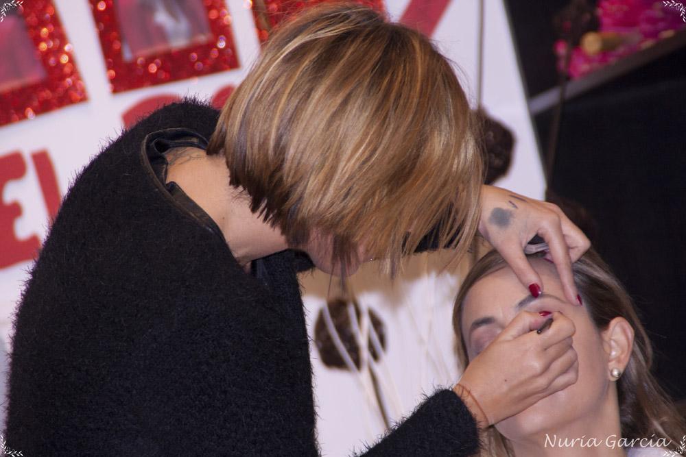 Sesión de maquillaje por una maquilladora profesional