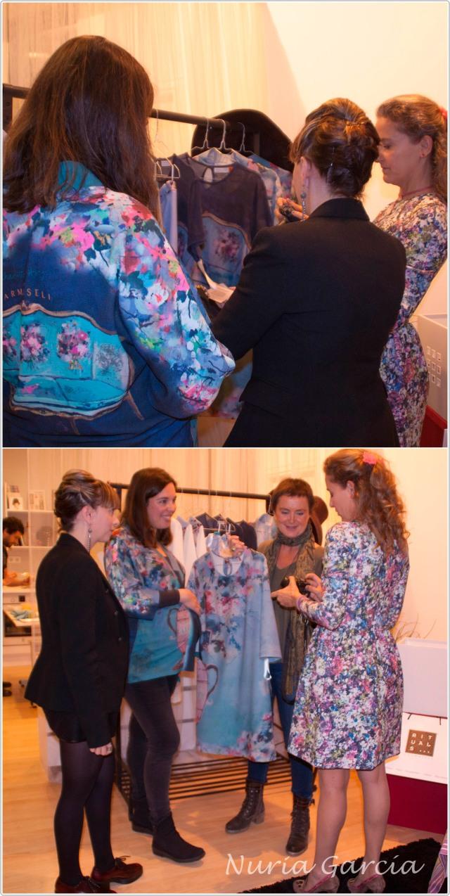 Patricia e Itxaso enseñando su colección a Carla Royo Villanova