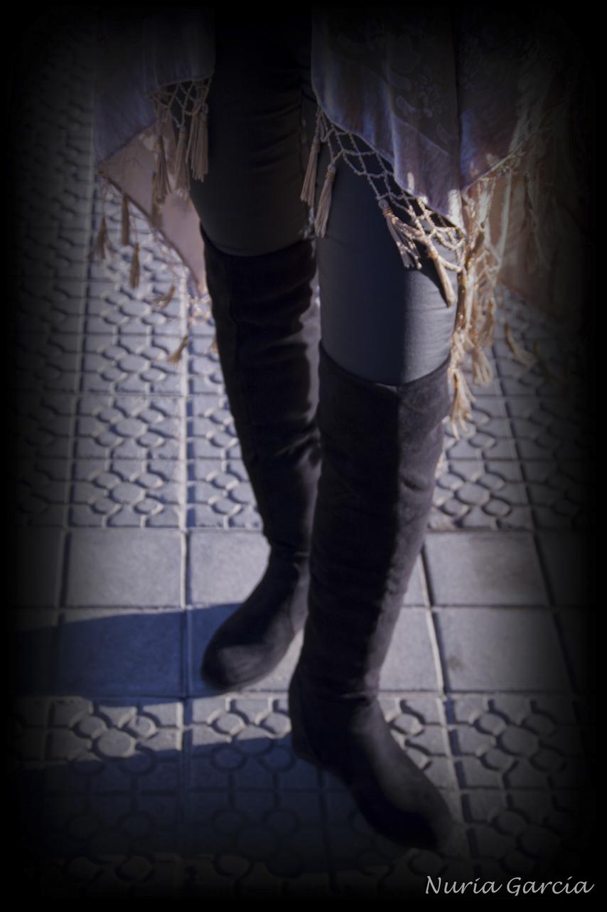 Detalle de las botas altas de ante