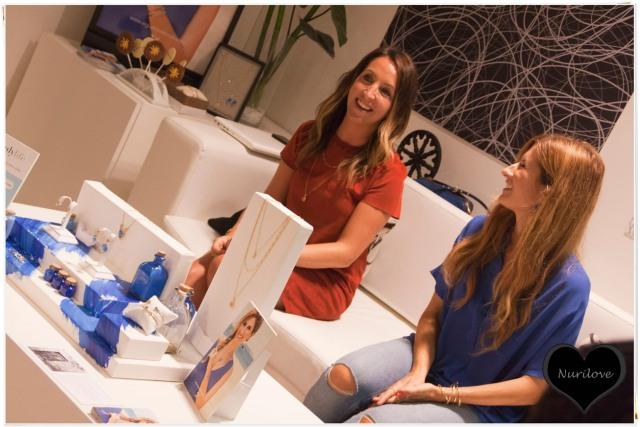 Rebeca y Leire explicando la colección