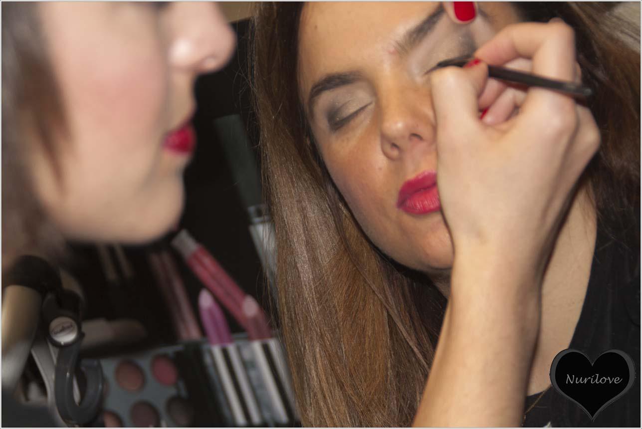 Vanessa maquillándose los ojos