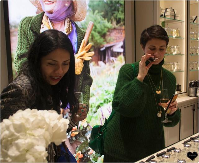 Ana y Nora probando y oliendo los diferentes perfumes