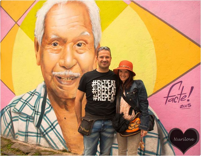 Andrés y yo con un mural pintado