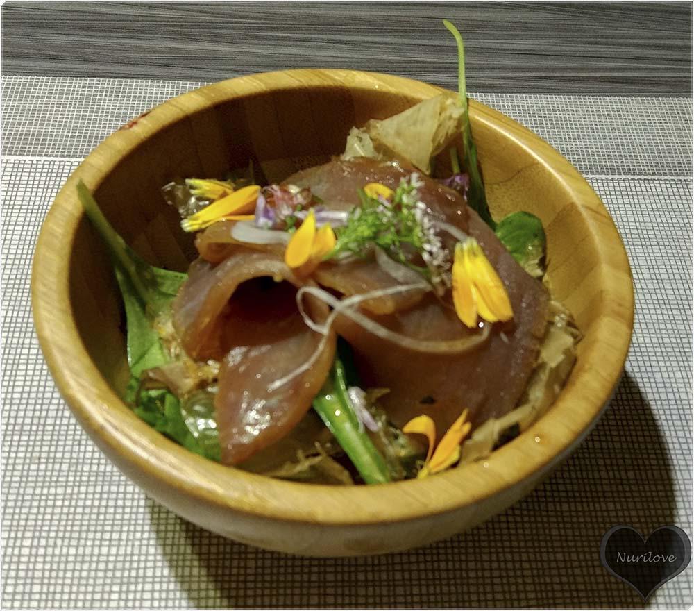 Ensalada de atún ahumado en casa y hanakatsuo