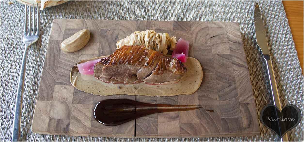 Magret de pato, setas al ajillo y cebolla morada encurtida