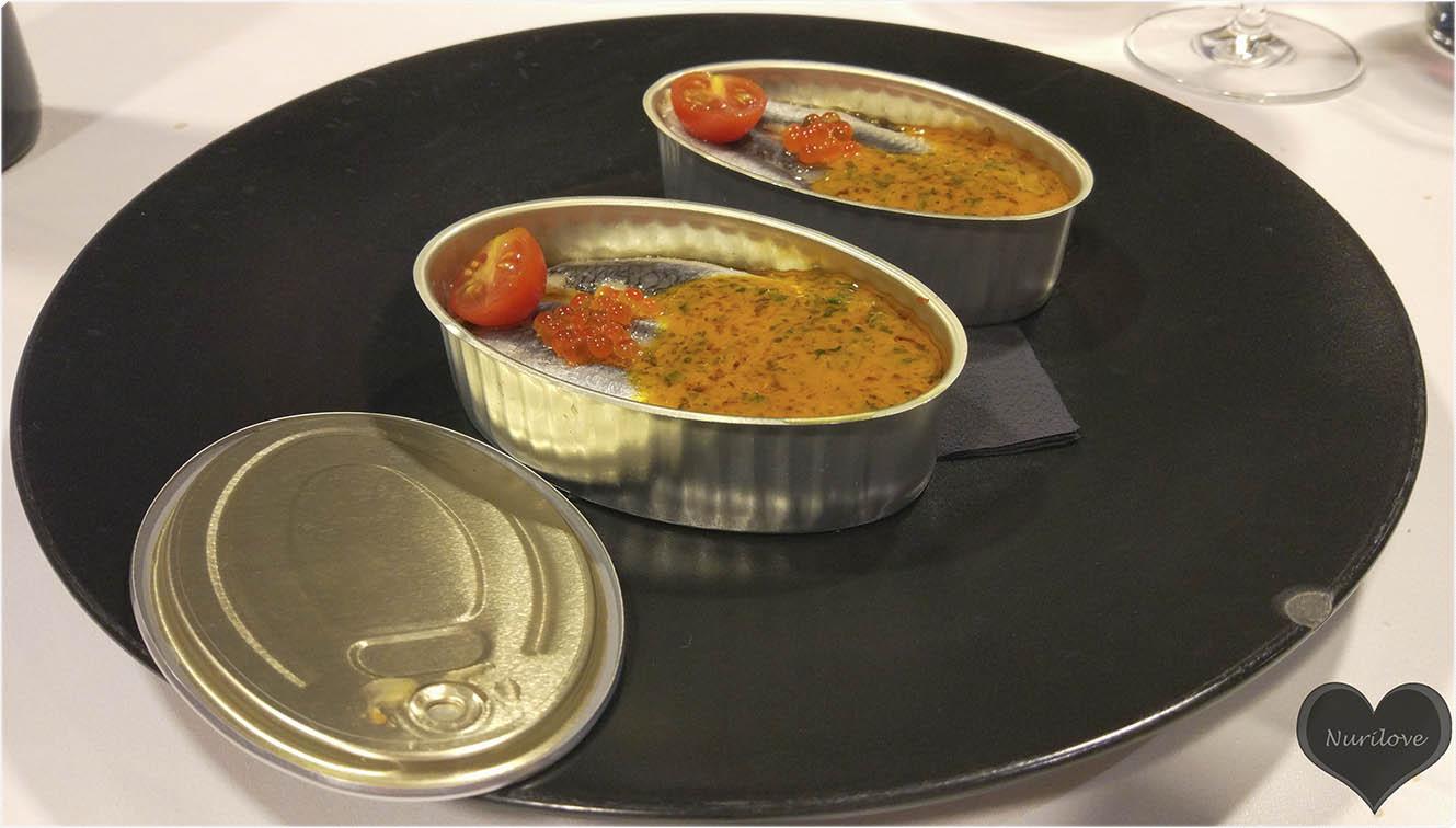 Lata de anchoas marinadas, verduras asadas y aceite de tomate y albahaca
